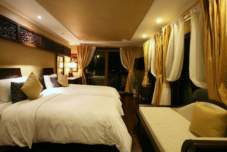 Violet-Mountain-Deluxe-Stateroom